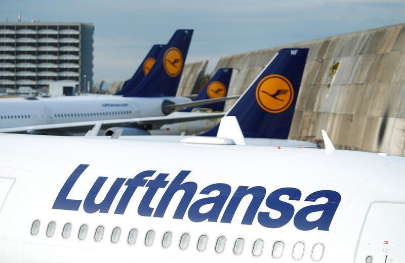 شعار لوفتهانزا على طائرات في مطار فرانكفورت