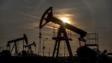 Photo of النفط يقفز مع بدء عمليات خفض إنتاج وتحرّك أميركي