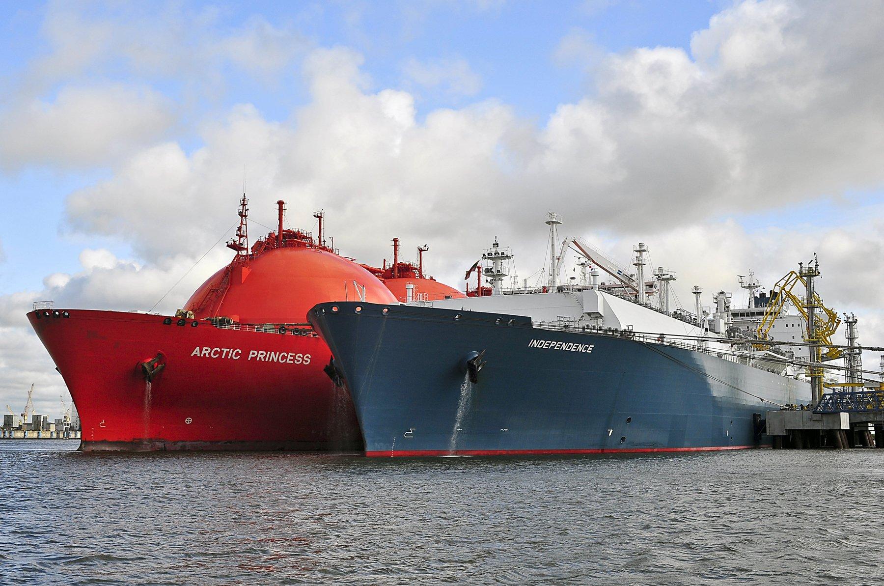 سفن عملاقة تستعد للابحار - سنغافورة