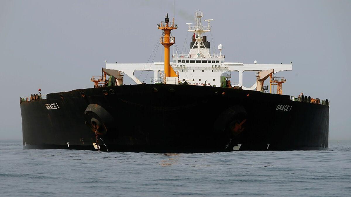 سفينة شحن عملاقة لنقل النفط في وسط البحر