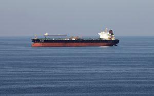سفينة تحمل وقود في عرض البحر