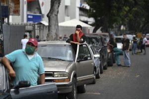 دور طويل للحصول على البنزين في فنزويلا