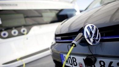 Photo of فولكس فاغن تتفوق على تيسلا في مبيعات السيارات الكهربائية
