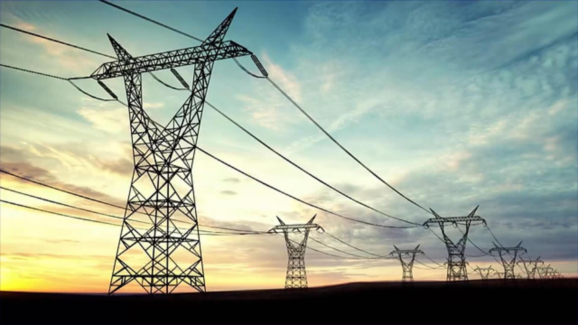 أعمدة كهرباء بمنطقة كاليفورنيا الإميركية