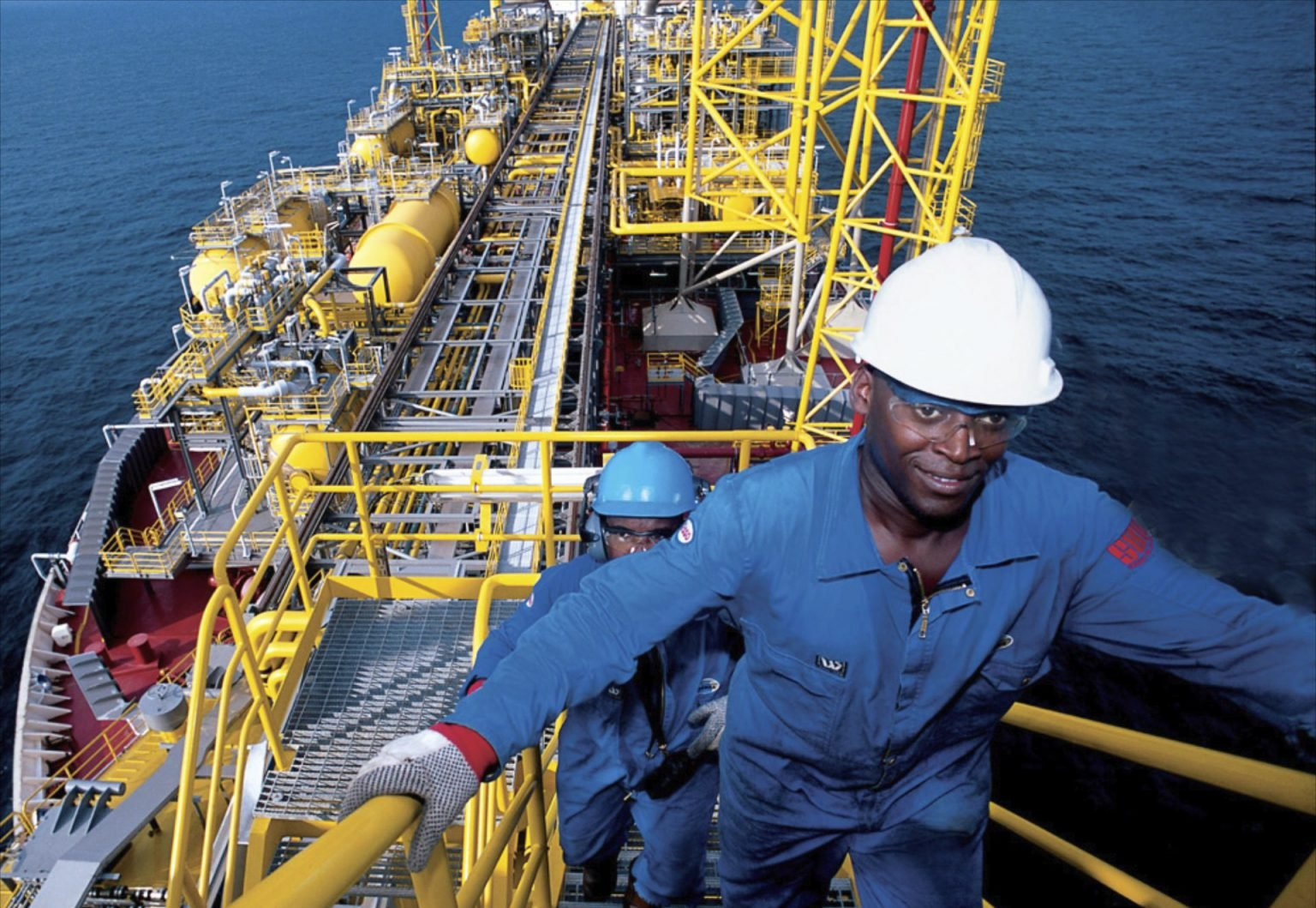 عامل إفريقي في حقل نفط