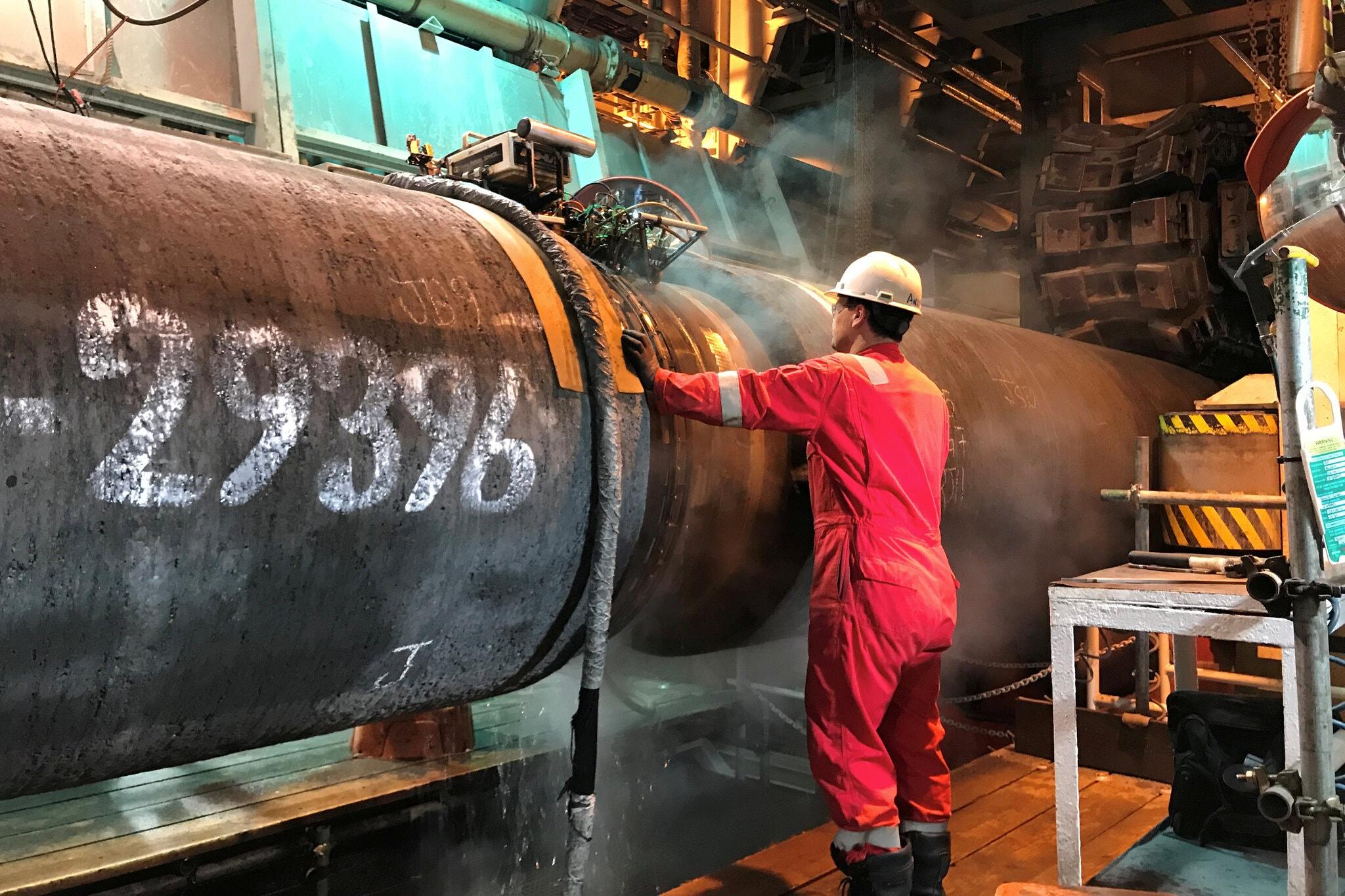 جزء من خط أنابيب غاز نورد ستريم 2 على متن سفينة مد أنابيب تديرها شركة Allseas (سويسرية- هولندية)