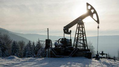 """Photo of """"سالي"""" ترفع أسعار النفط وتخمة الإمدادات تحدّ المكاسب"""