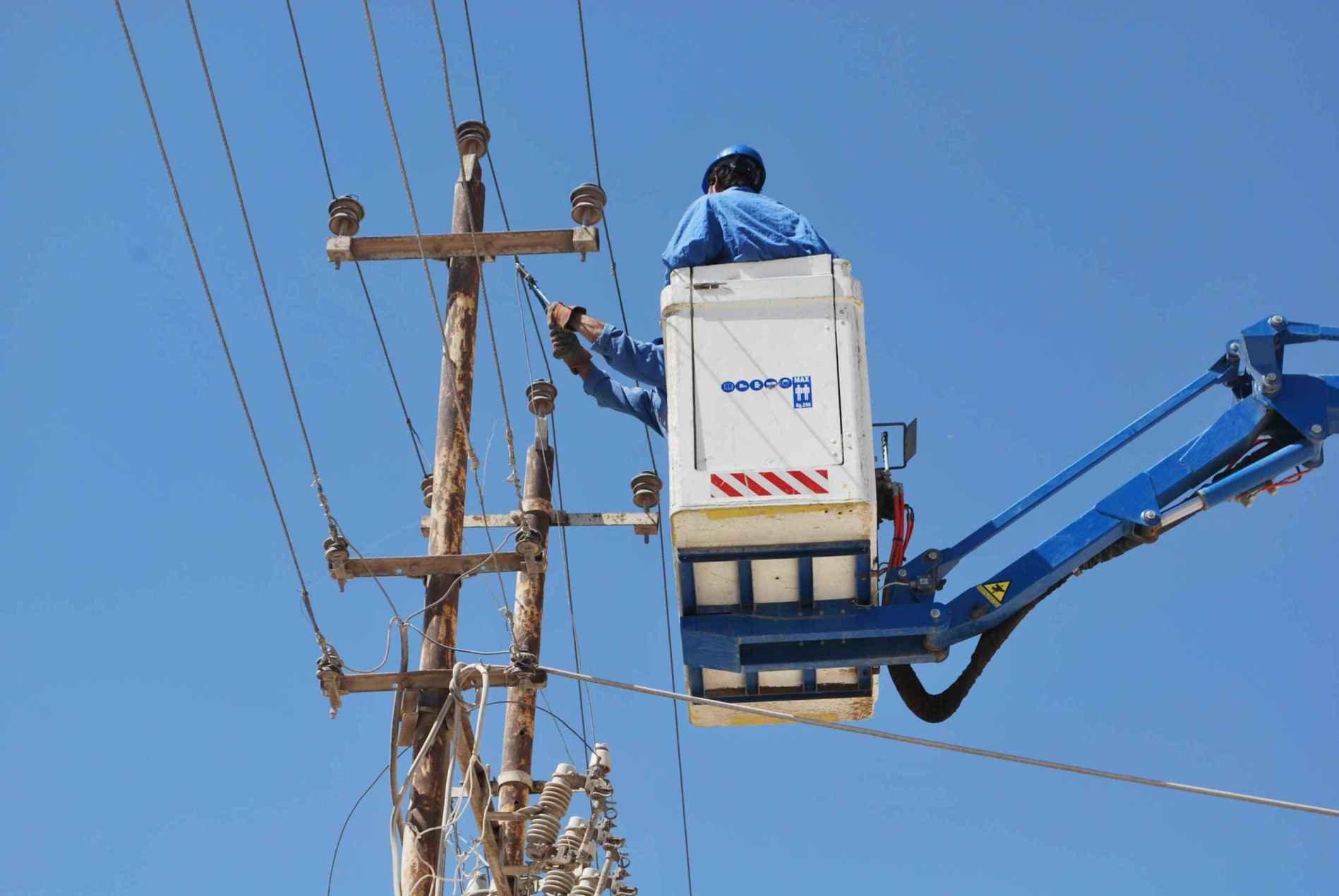 عامل يوصل أسلاك كهرباء في العاصمة العراقية