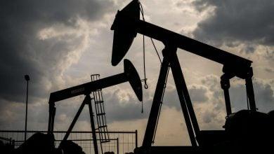 Photo of أسعار النفط تنخفض ..وارتفاع إصابات كورونا يُربك الحسابات العالمية