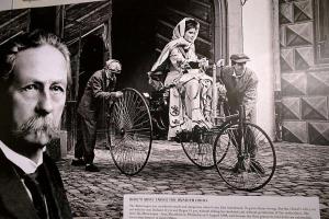 بيرثا بنز تقود أول سيارة تسير بمحرك بنزين