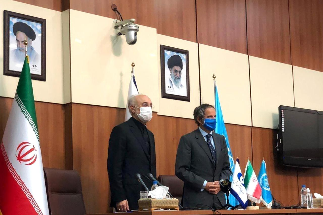 رافائيل غروسي المدير العام للوكالة الدولية للطاقة الذرية وعلي أكبر صالحي رئيس منظمة الطاقة الذرية فى إيران