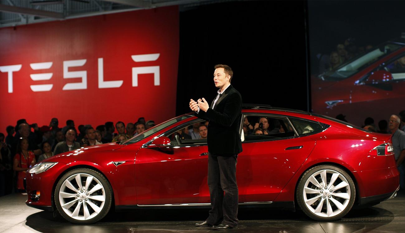 رئيس شركة تيسلا إيلون ماسك خلال عرض مميزات أحدث طراز للسيارات الكهربائية التي تنتجها الشركة