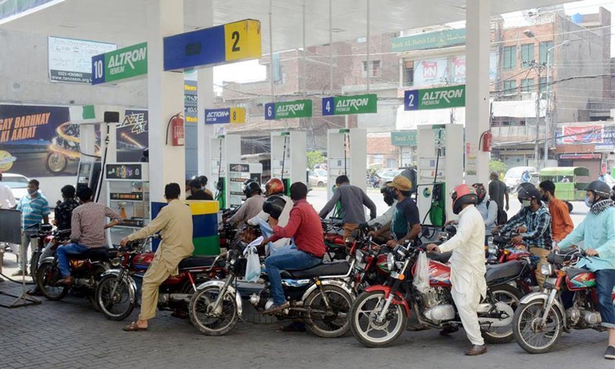 مبيعات البنزين - محطة وقود في باكستان
