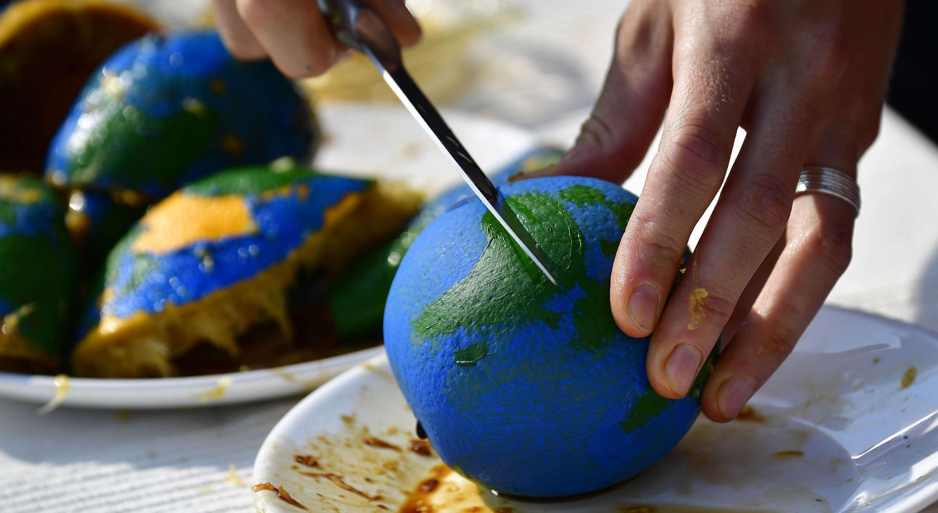 صورة رمزية تشير إلى استهلاك موارد الأرض