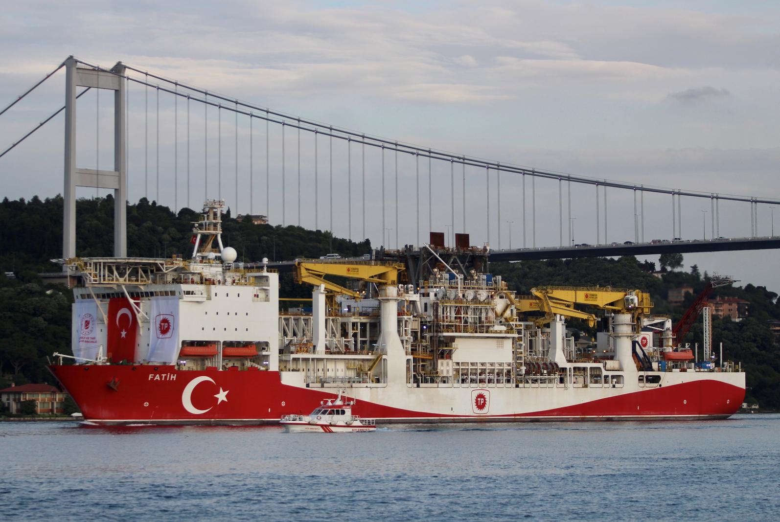 """سفينة """"فاتح"""" التركية العاملة في التنقيب عن النفط"""