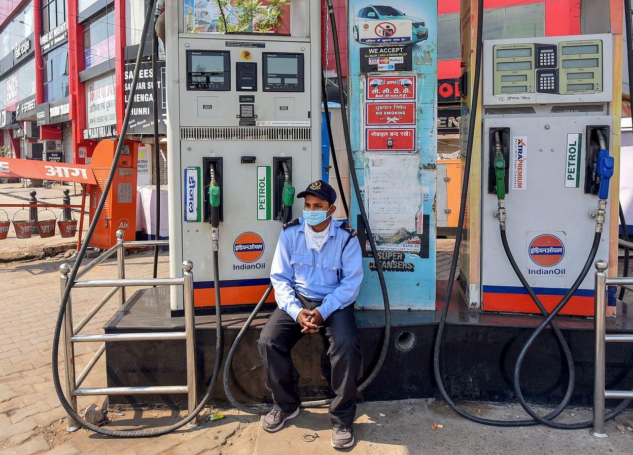 عامل في إحدى محطات الوقود يترقب المارة بعد تراجع استخدام الوقود في نيودلهي