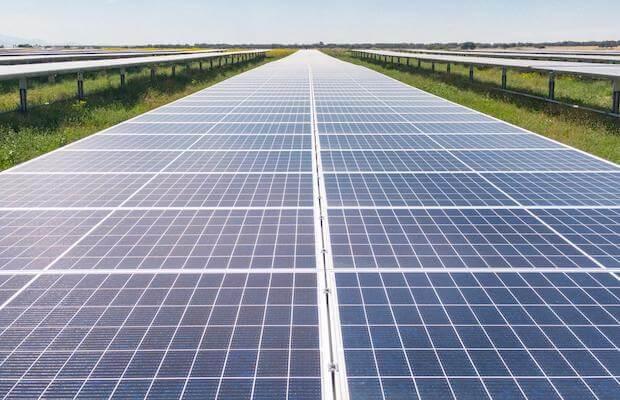 ألواح شمسية لتوليد الطاقة