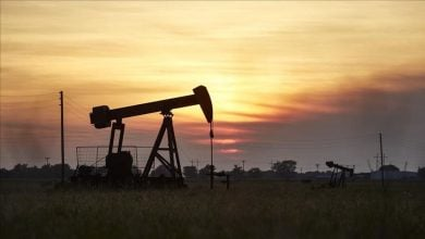 Photo of تباين أسعار النفط بفعل انخفاض الدولار الأميركي