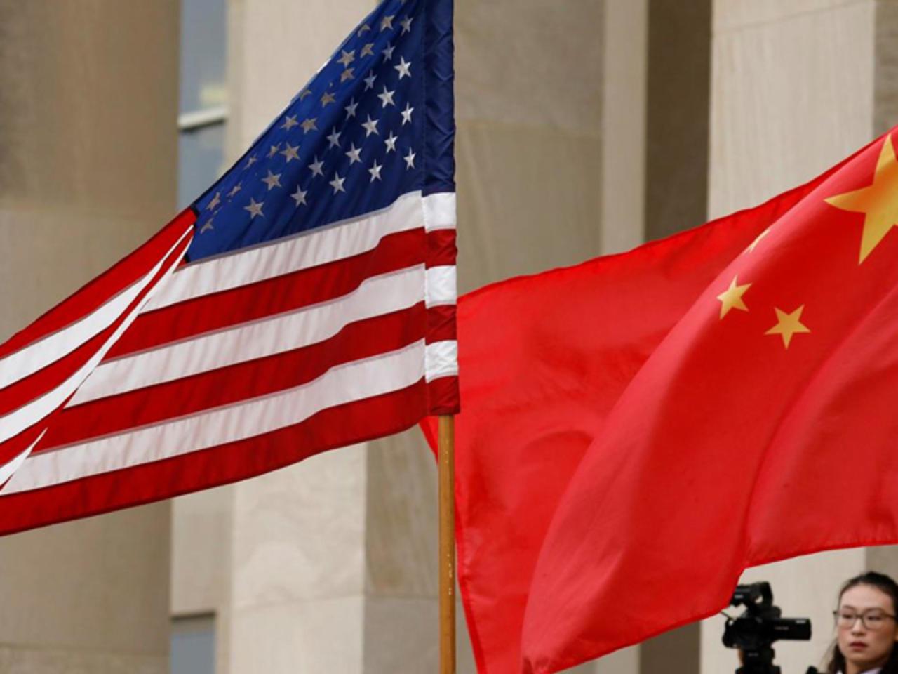 علم الولايات المتحدة بجانب العلم الصيني