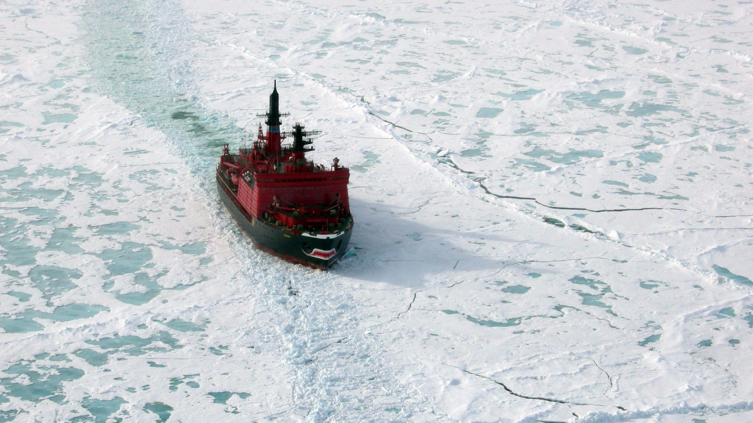 كاسحة جليد في القطب الشمالي