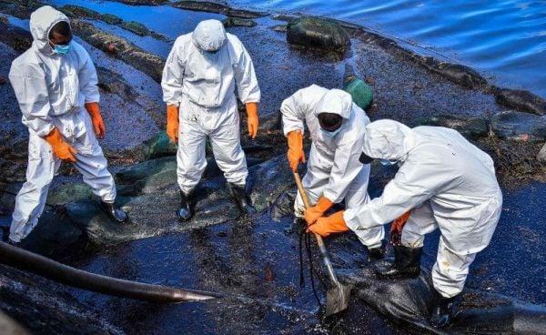 أعمال التنظيف بعد التسرب النفطى فى موريشيوس