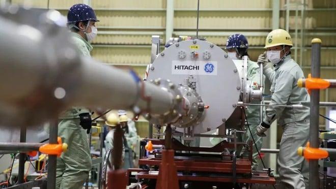 عمال على أحد خطوط الإنتاج في شركة هيتاشي اليابانية