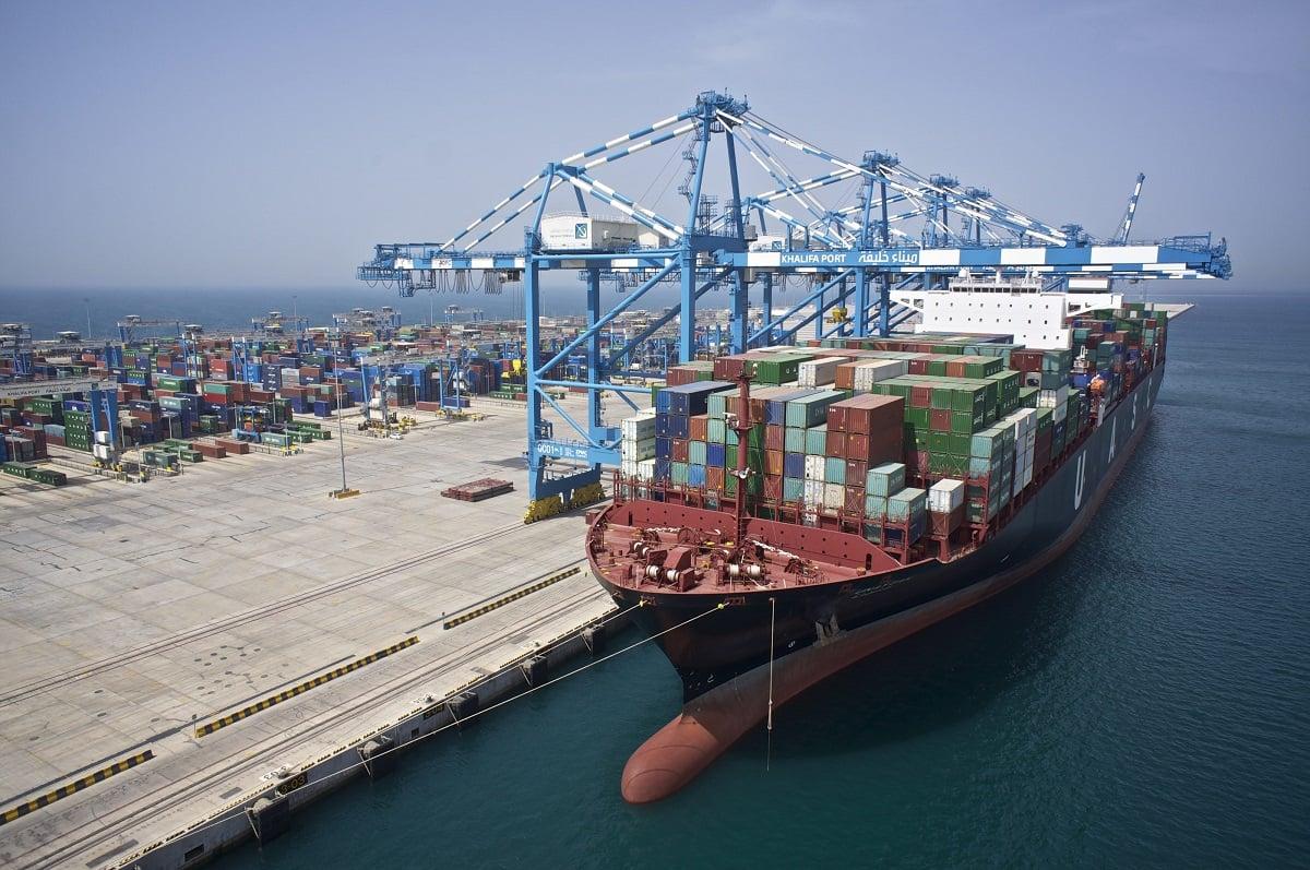 سفينة في ميناء خليفة الإماراتي خلال تحميل الحاويات