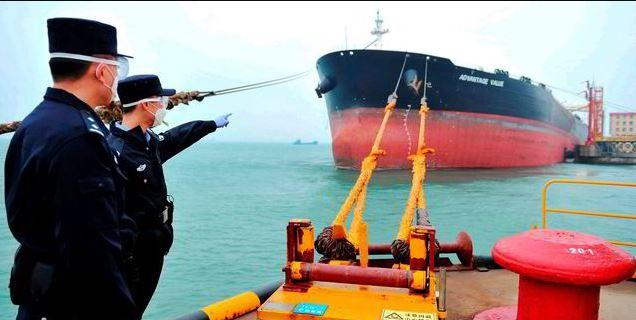 شحنة كبيرة تحمل نفط ترسو في ميناء صيني