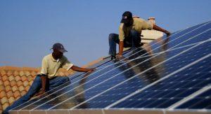 الاقتصادات الناشئة - أعمال تركيب محطة طاقة شمسية فى أسطح المنزل