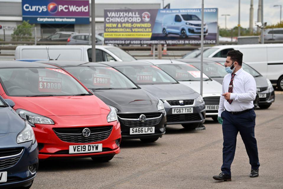 صالات عرض السيارات - تراجع مبيعات السيارات في أوروبا