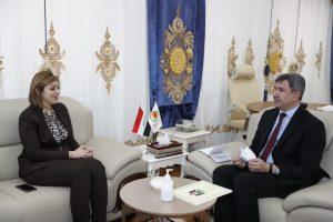 إحسان عبدالجبار ووزيرة الهجرة العراقية