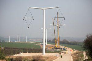 تنفيذ شبكات الكهرباء وربطها بعنفات طاقة الرياح