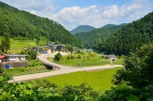 قرية ريفية في اليابان تحتفظ بالطابع الأخضر منخفض الانبعاثات
