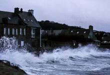 Photo of العاصفة بيلا تقطع الكهرباء عن 34 ألف منزل في فرنسا