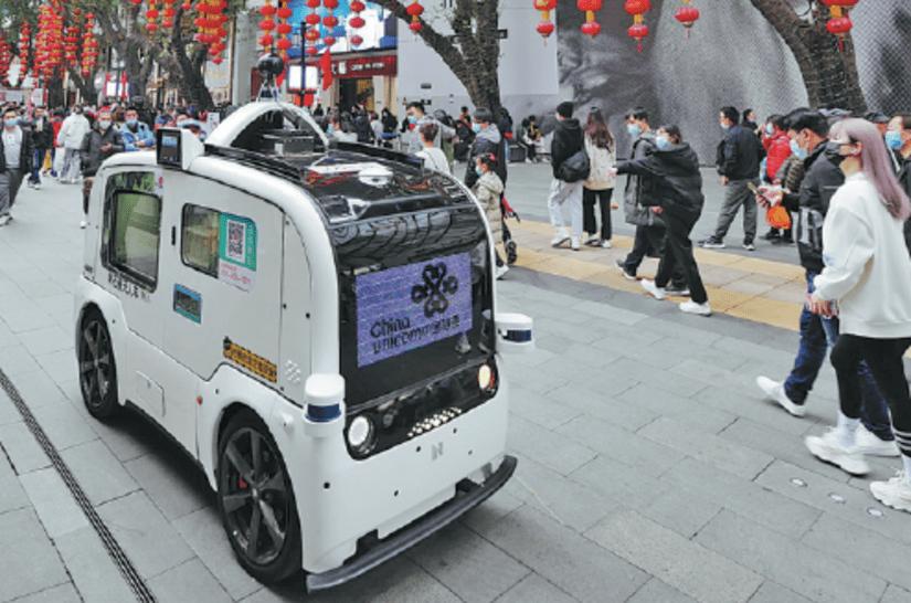 سيارة تعمل بتقنية الجيل الخامس في أحد شوارع غوانزو - الصين
