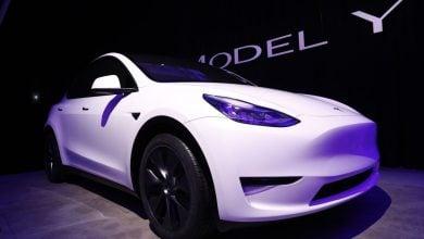 "Photo of تيسلا تبدأ تسليم سياراتها الكهربائية من طراز ""واي"" في الصين"