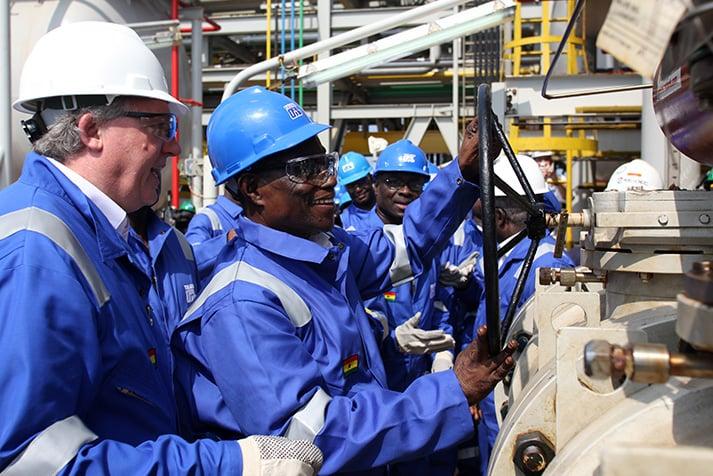 مجموعة من العاملين بأحد حقول النفط والغاز في غانا- أرشيفية