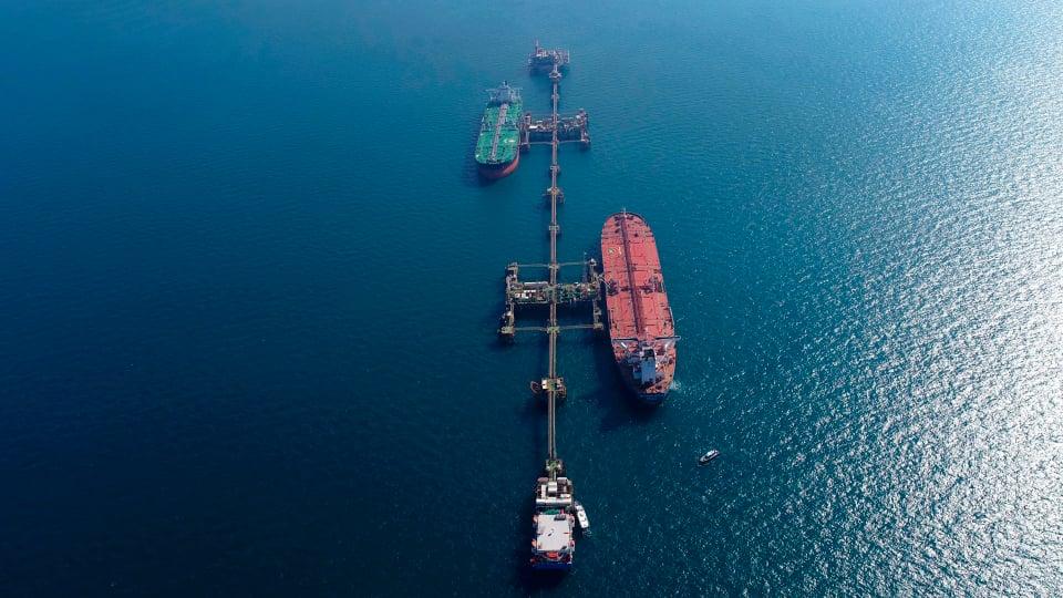 صورة جوية تظهر تحميل ناقلات النفط الخام في محطة البصرة البحرية العراقية في العراق 27 ديسمبر 2020 (AP)