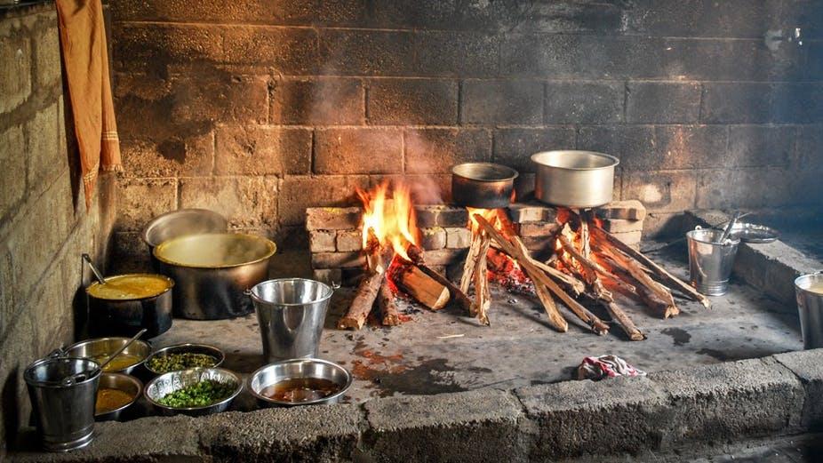 استخدام الخشب في الطهي بأغلب البلدان الأفريقية - الصورة من موقع ذا كونفيرسيشن