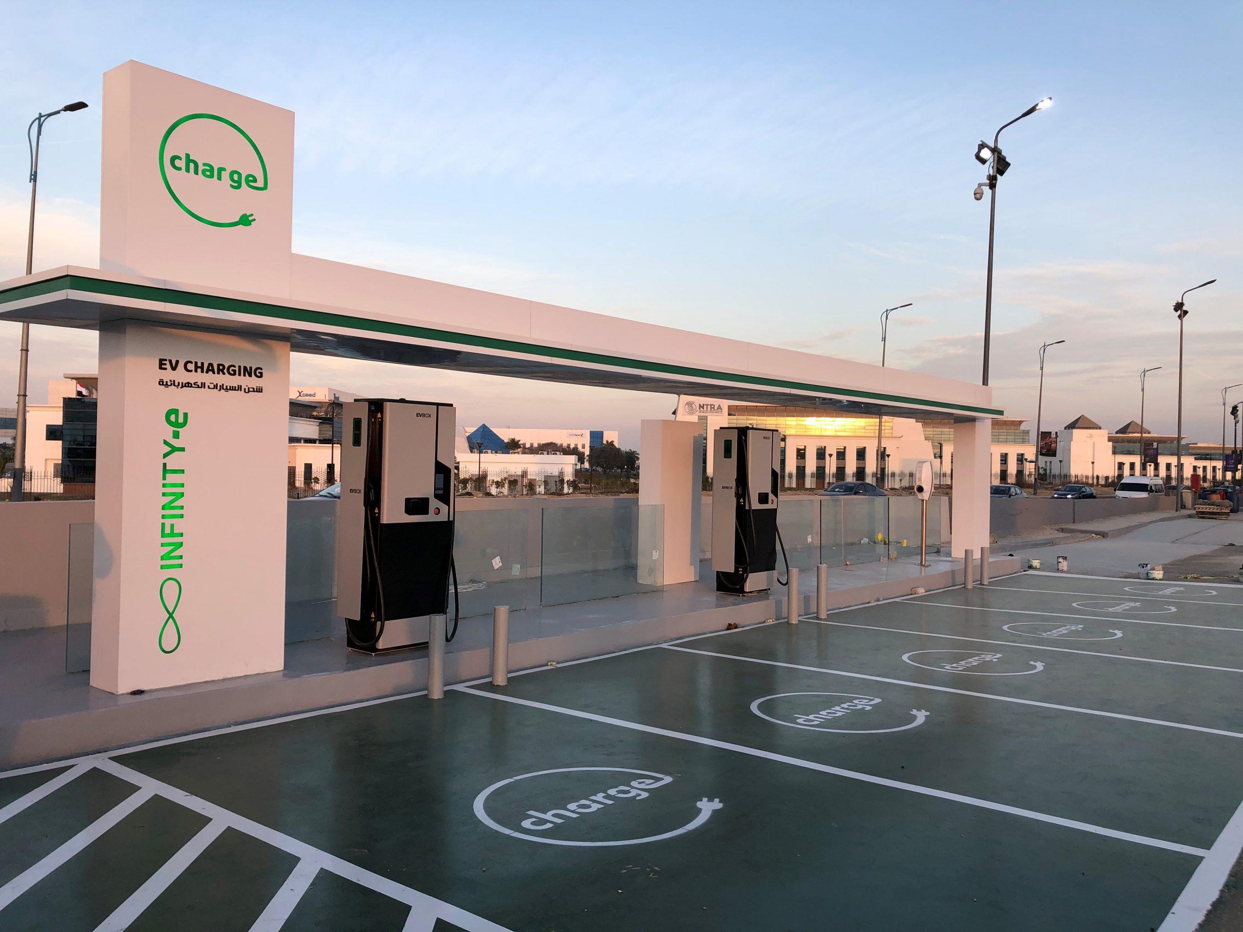 إحدي محطات شحن السيارات الكهربائية
