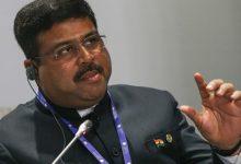 Photo of مناوشات بين وزير النفط الهندي وزعيم الكونغرس بسبب أسعار الوقود