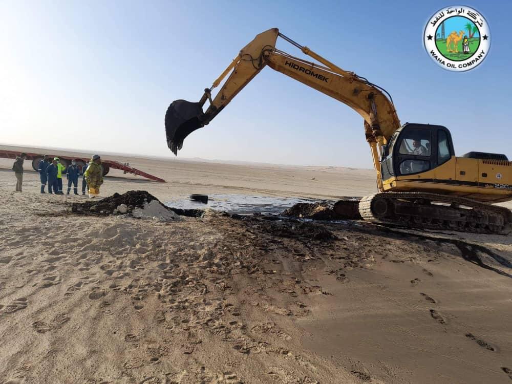 محاولات السيطرة على التسرب النفطي في ليبيا
