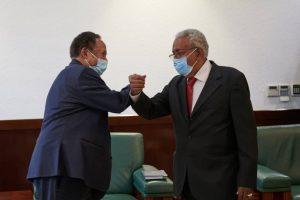 حمدوك ورئيس بنك التنمية والتجارة بشرق أفريقيا - الصورة من وكالة سونا السودانية