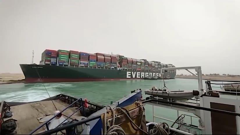 جنوح سفينة حاويات في قناة السويس
