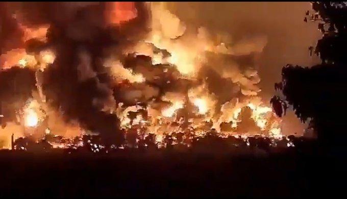 ألسنة النيران المتصاعدة من حريق مصفاة بالونغان في إندونيسيا - (29 مارس 2021)