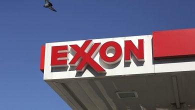 Photo of إكسون موبيل تتوسع في شراء الوقود المتجدد وسط دعوى قضائية بشأن المناخ