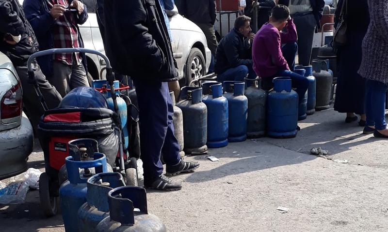 طوابير على منافذ توزيع الغاز المنزلي في سوريا - أرشيفية
