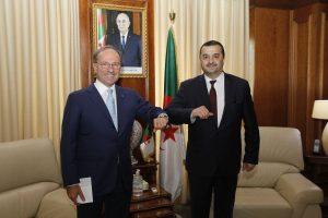 وزير الطاقة الجزائري أثناء استقبال السفير الإيطالي