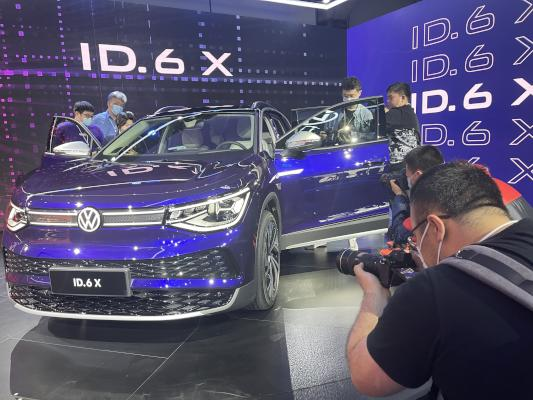 فولكس فاغن تعلن عن سيارتها الجديدة ID6. X في معرض شنغهاي (وكالة الأنباء الألمانية)