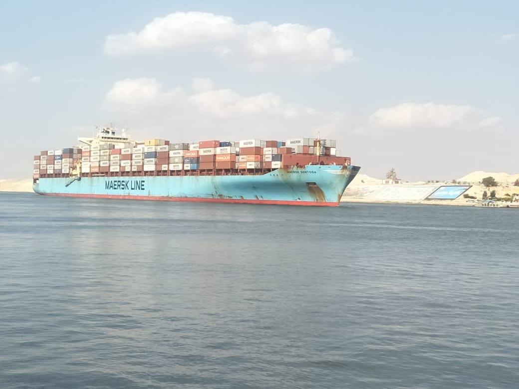 أحد السفن تمر من قناة السويس